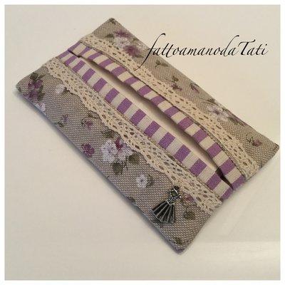 Porta fazzoletti di carta in cotone ecrù a fiorellini bianchi e lilla con pizzo e bordino a righe