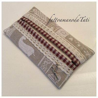 Porta fazzoletti di carta in cotone fantasia country ecrù e bianco ,con pizzo e bordino a quadretti rossi