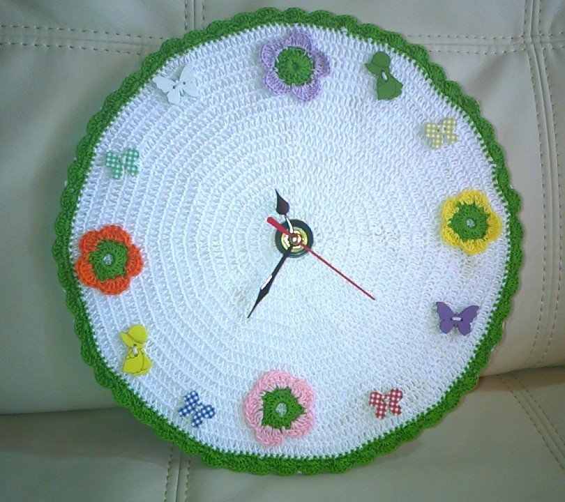 Orologio con fiorellini all'uncinetto