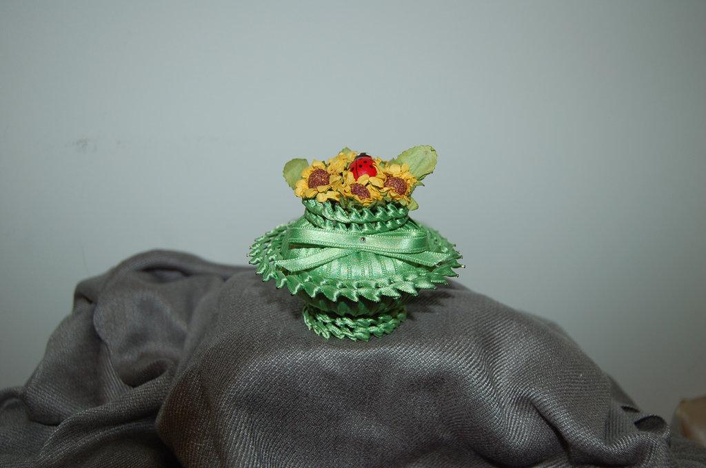 Saponetta profumata rivestita di raso con fiori