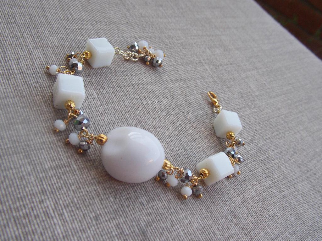 Bracciale bianco con elementi grigio argento