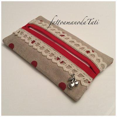 Porta fazzoletti di carta in cotone ecrù a pois rossi con pizzo