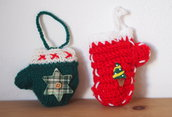 2 DECORAZIONI NATALIZIE.GUANTI lana,maglia.Fatti a mano.Imbottiti,decorati con ricami,bottoni,feltro e cotone.Per l'albero,pacco,segnaposto