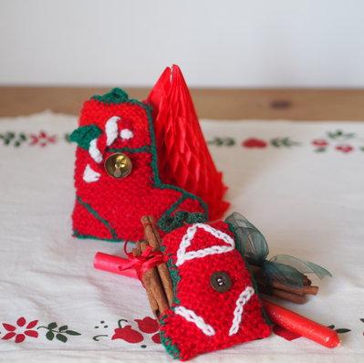 2 DECORAZIONI NATALIZIE.CALZE lana,maglia.Fatte a mano.Imbottite,decorate con ricami,bottoni,feltro e cotone.Per l'albero,pacco,segnaposto