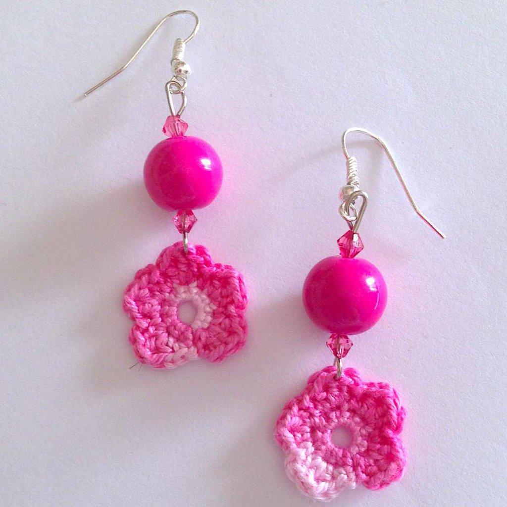 Orecchini pendenti con perle fucsia e fiorellini all'uncinetto in cotone sfumato dal rosa al fucsia