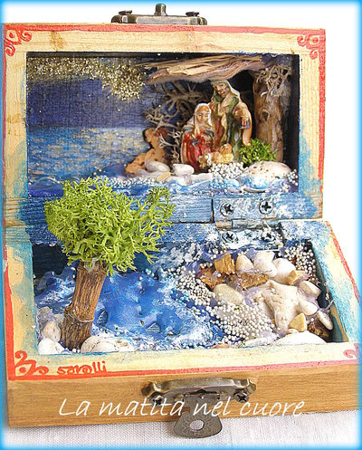 Presepio sul mare miniatura pop-up fatto a mano in cofanetto di legno sassi bianchi