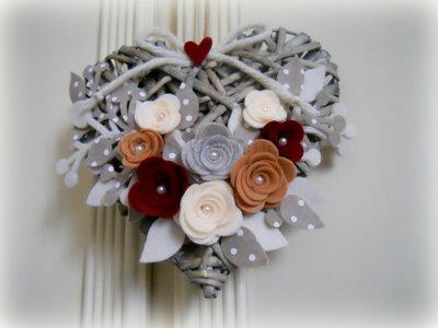 Cuore in vimini decorato con  rami e fiori nelle tonalità del beige e bordeaux fatto a mano