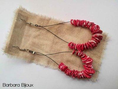 Orecchini a goccia sul rosso con sfumature bianche realizzati a mano in fimo