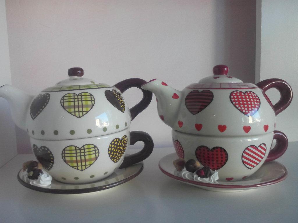 Set teiera e tazza in ceramica decorata