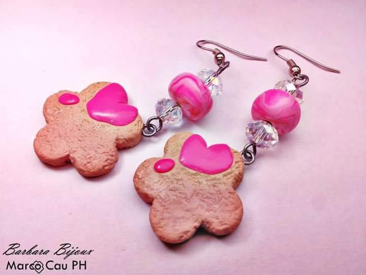 Orecchini a forma di biscotto con glassa rosa