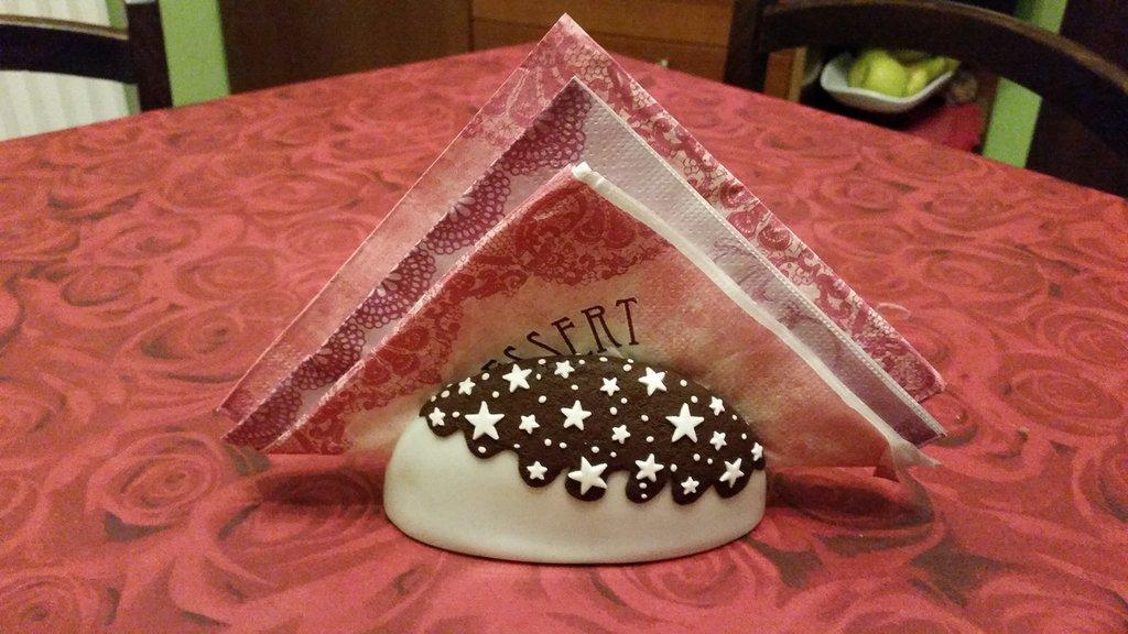 Portatovaglioli ceramica con decorazione simil pan di stelle in fimo
