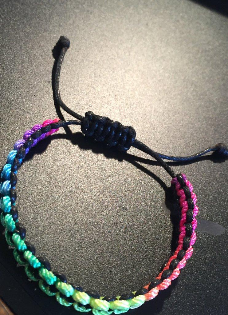 Braccialetto in filo colorato