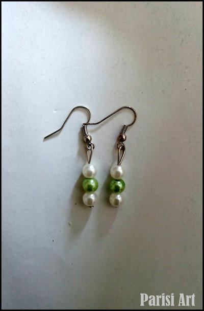 Orecchini pendenti con tris di perle bianco e verdi