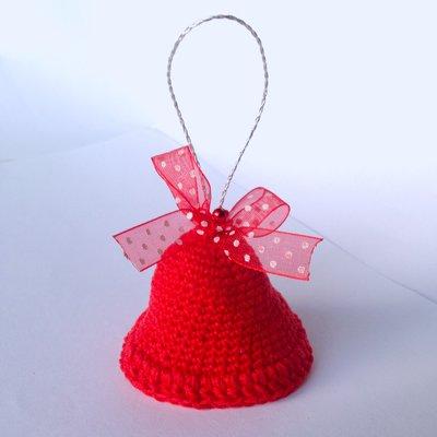 Campanella natalizia rossa amigurumi, con nastrino in organza a pois, perlina e vero campanellino, fatta a mano all'uncinetto