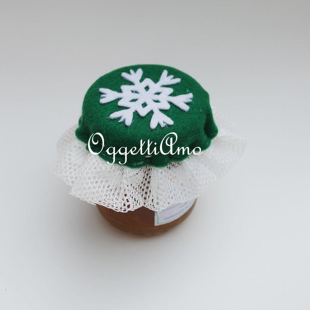 Coprivasetto in feltro verde con tulle e fiocchi di neve per decorare le marmellate regalate per Natale!