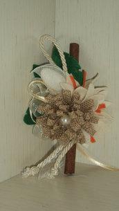 segnaposto con confetto artigianale fiore juta su ramo di cannella