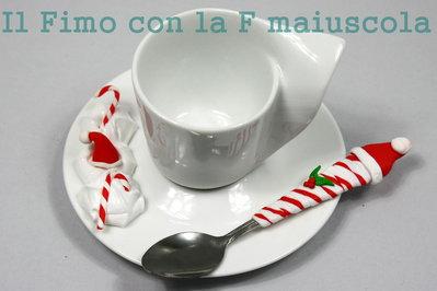 Tazzina da caffè, piattino (in ceramica) e cucchiaino, decorati con pezzi di fimo fatti a mano.