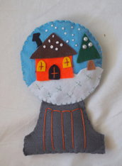 DECORAZIONE NATALIZIA in feltro di varie tonalità.Boccia di neve.Decorata con perle,perline,ricami.Fatta a mano.Per albero,porta,segnaposto