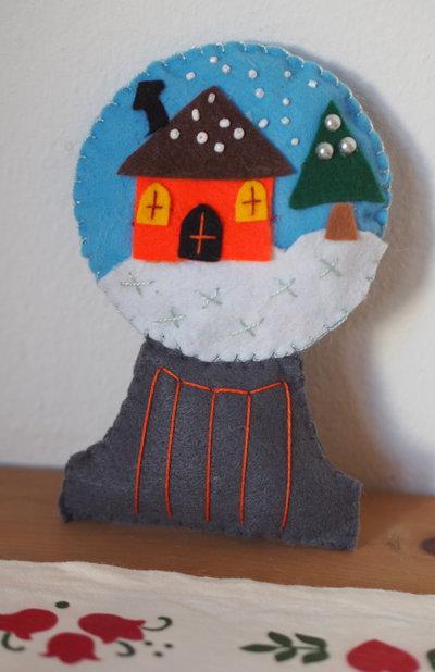 Decorazione natalizia in feltro di varie tonalit boccia for Decorazione natalizia per porta
