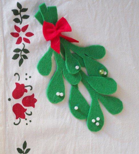 Ramo di vischio e perle.Feltro,fatto a mano.Delicato,leggero.Da appendere all'albero,alla porta,ad un pacco regalo,segnaposto.Con perle