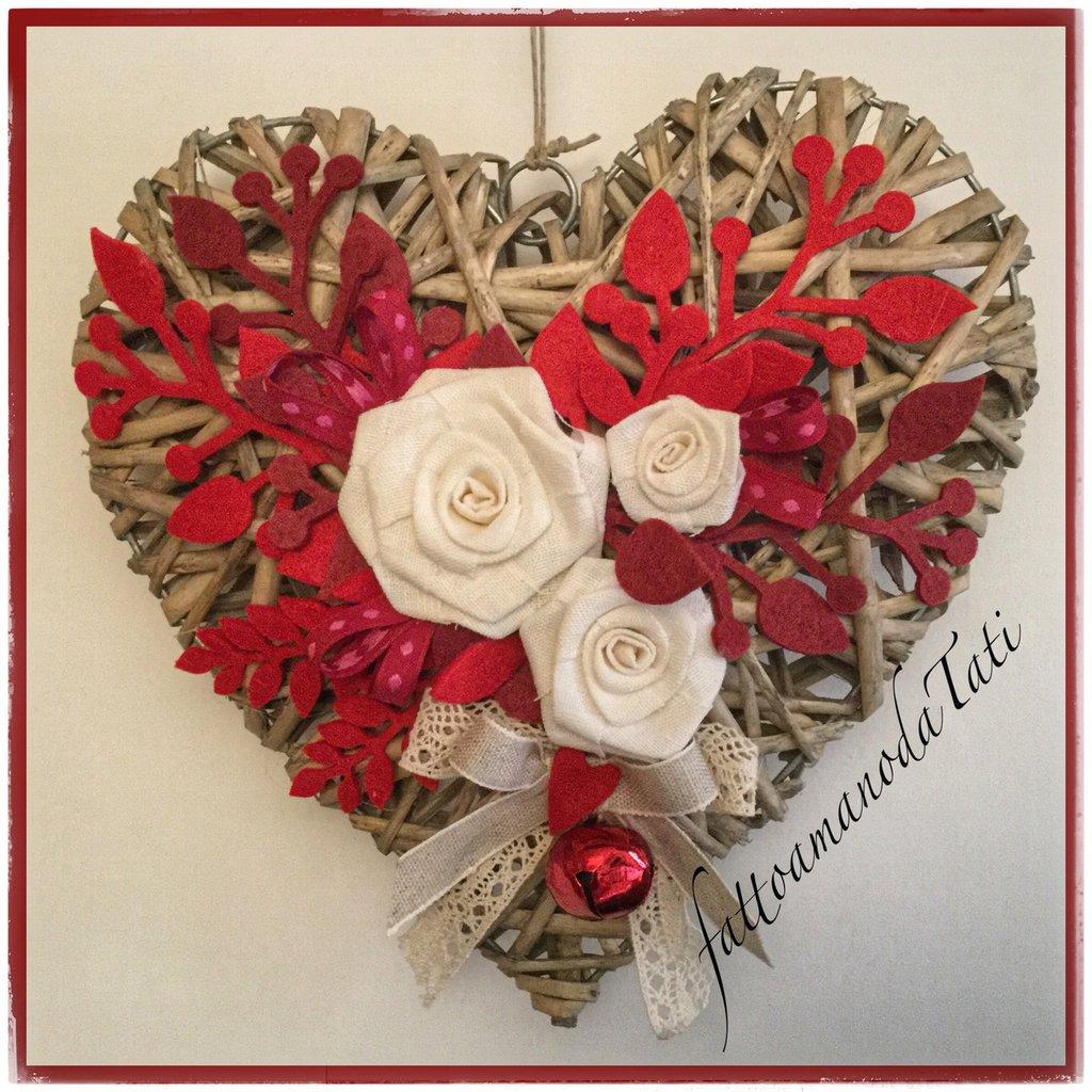 Cuore di vimini tinta naturale con tre rose di lino bianco