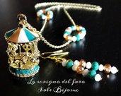 Collana catena dorata con ciondolo giostra e cristalli bianchi, pesca e verde petrolio con orecchini abbinati