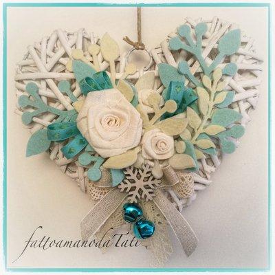 Cuore di vimini bianco con rose bianche ,rametti bianchi e blu tiffany, fiocco di neve in legno
