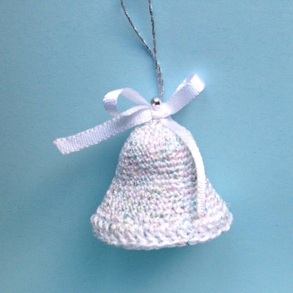 Campanella bianca brillante amigurumi con perlina argentata, fiocchetto in raso e vero campanellino che suona, da appendere all'albero di Natale, fatta a mano all'uncinetto