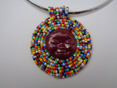 Girocollo rigido con sole multicolor