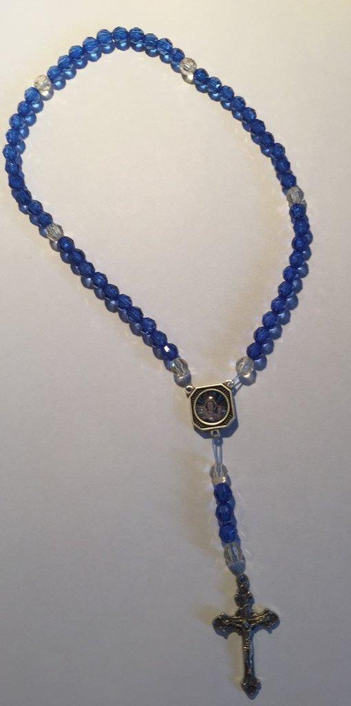 Rosario con perline azzurre e bianche
