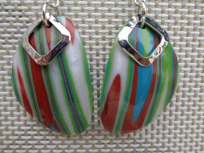 Orecchini a forma di sassolino con elemento di metallo