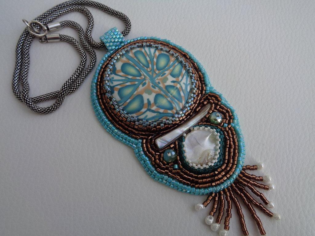 Collana con cabochon in pasta polimerica e decorato ad embroidery
