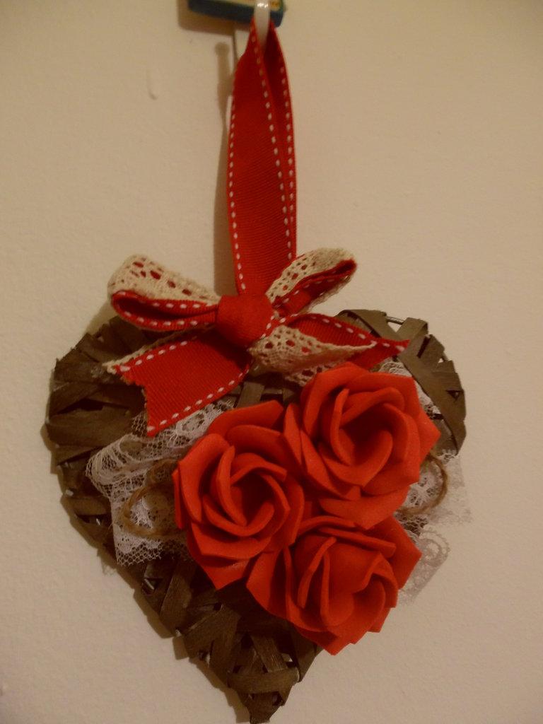 cuore in midollino decorato con fiori e nastri