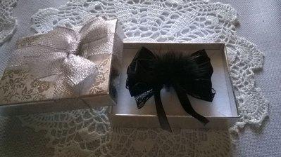 Spilla in raso nero e merletto