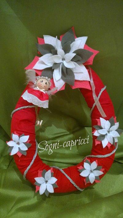Ghirlanda dietroporta natalizia con angioletto e stelle di natale color bianco, grigio e rosso