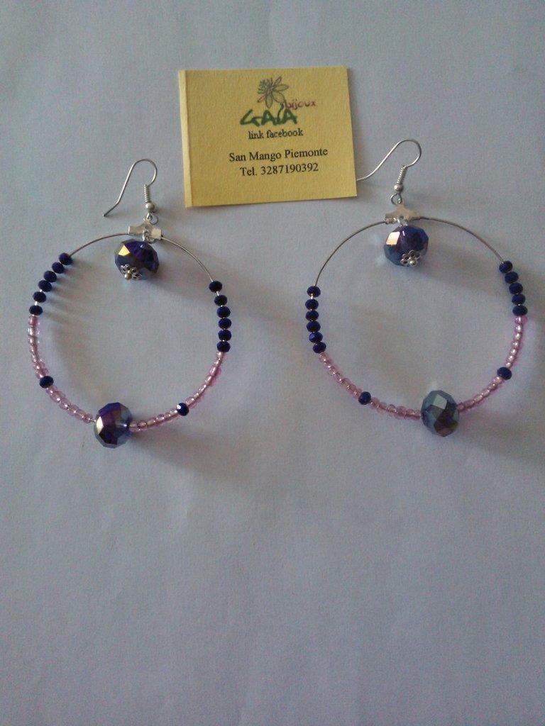 Orecchini a cerchio con conterie rosa e mezzi cristalli viola