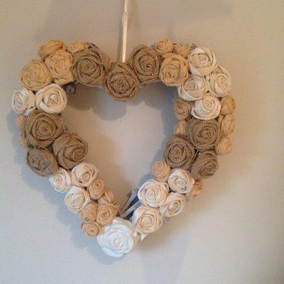 Ghirlanda in legno a forma di cuore ricoperta di rose in tessuto