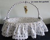 Cesto nascita con manico  realizzato in piquet  bianco con orsetti e pizzo san gallo con nastrino blu