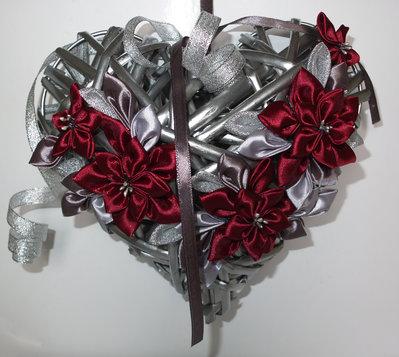 Cuore di vimini di Natale con fiori kanzashi colore bordeaux e grigio