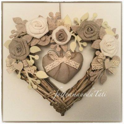Cuore in vimini tinta naturale shabby chic con rose di lino bianco ed ecrù, pizzo e cuore imbottito