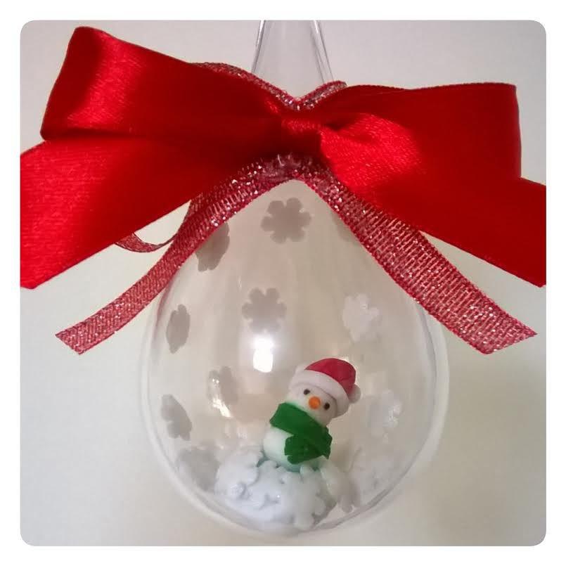 goccia con confetto decorato con pupazzo di neve, decoro albero di natale
