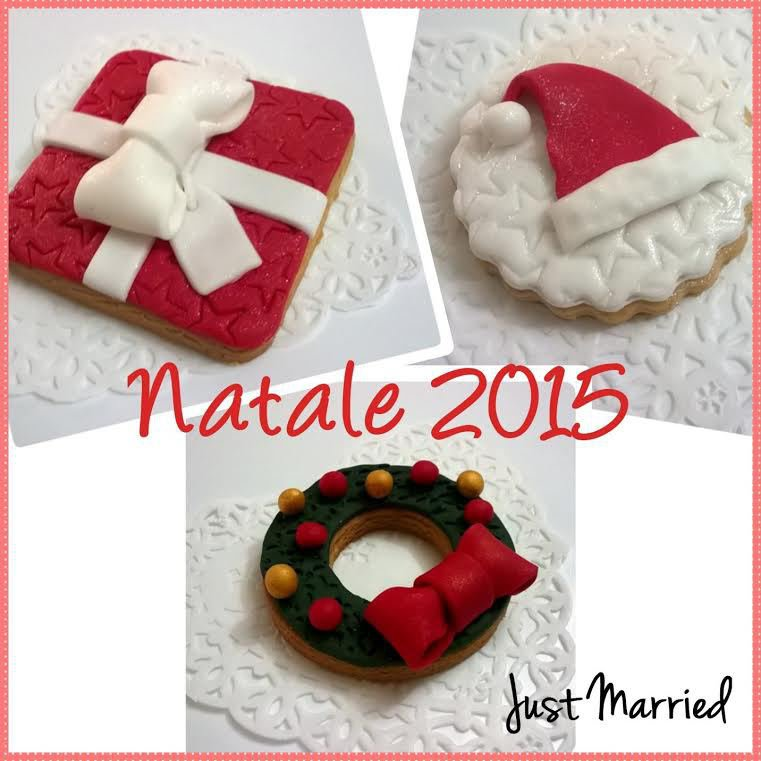 biscotti decorati natalizi (pezzi tre), cappello, pacco regalo, ghirlanda