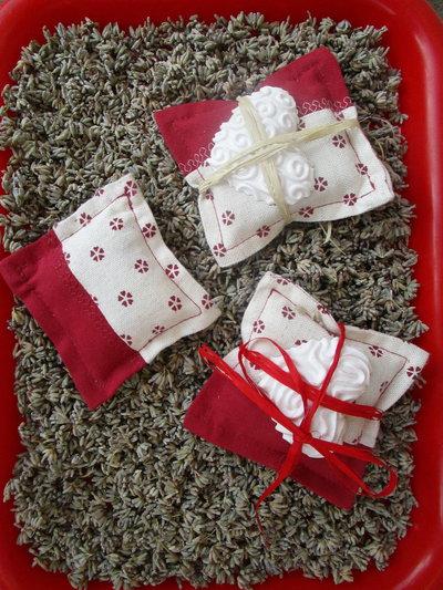 sacchetto quadrato alla lavanda e cuore profumato