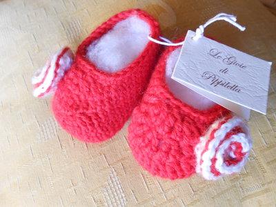 Scarpine baby da bambina rosse con fiore bianco.
