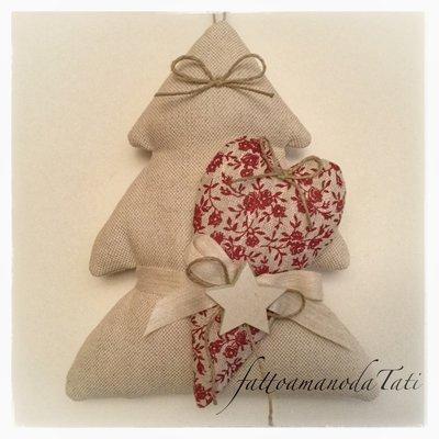 Albero in cotone tinta naturale con cuore di lino a fiori rossi e stella