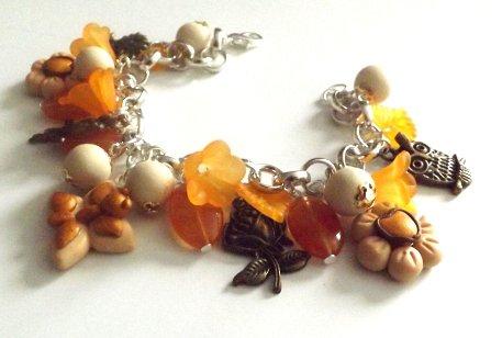 Bracciale con ciondoli fiore e farfalla in fimo,charm in bronzo,perline in legno,vetro e lucite idea regalo Natale per lei