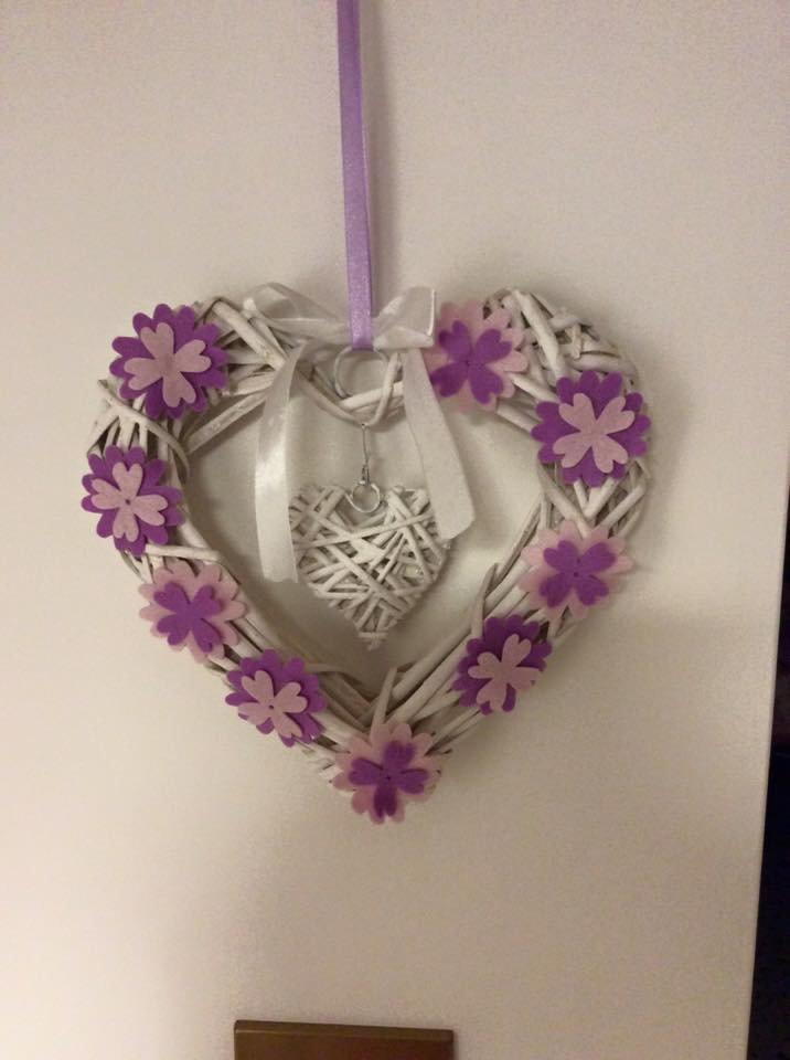 Cuore decorativo con fiori in feltro.