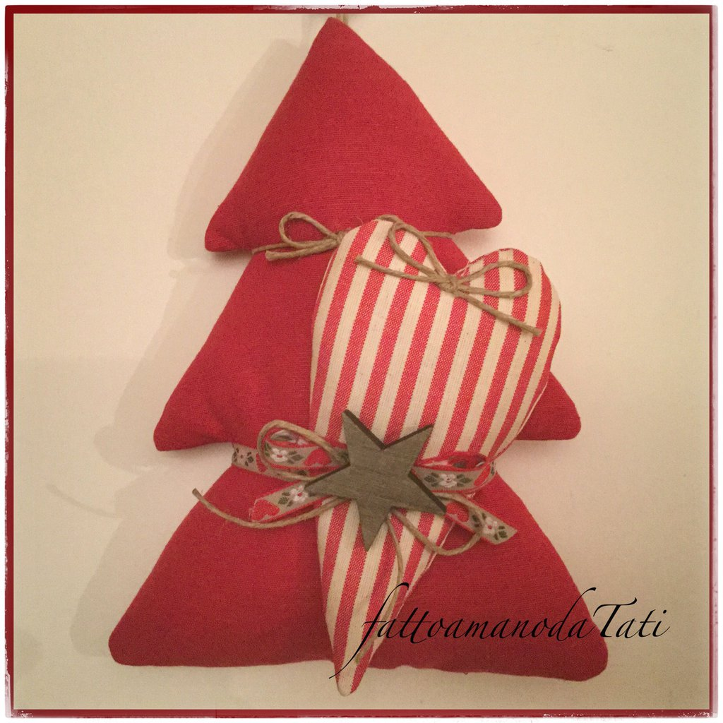 Albero in cotone rosso con cuore a righe bianche e rosse e stella scura