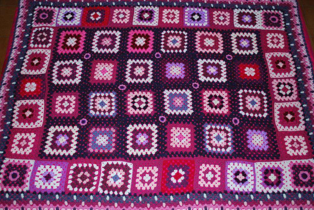 Coperta lana uncinetto granny nei toni rosa-viola
