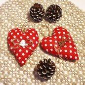 Cuori di Natale in stoffa country a pois, nastro di iuta e bottoni di legno